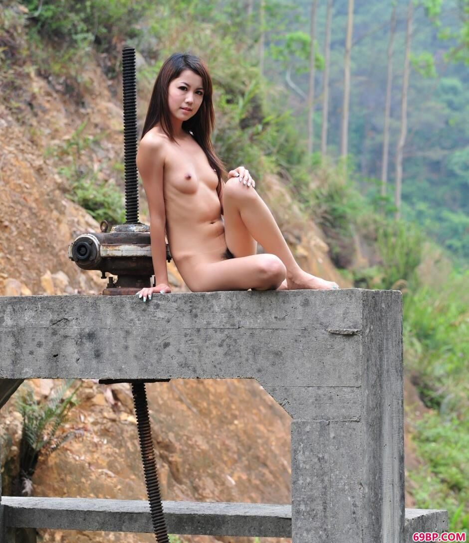 裸模nina山上的清纯美体_美女撒尿沟毛看见了偷窥