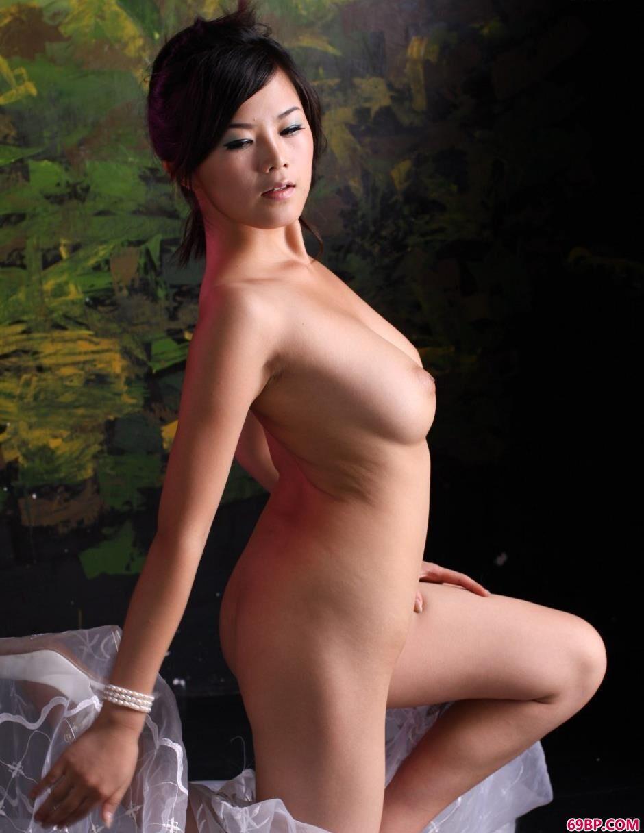 裸模可馨迷彩墙面前的纱巾美体2