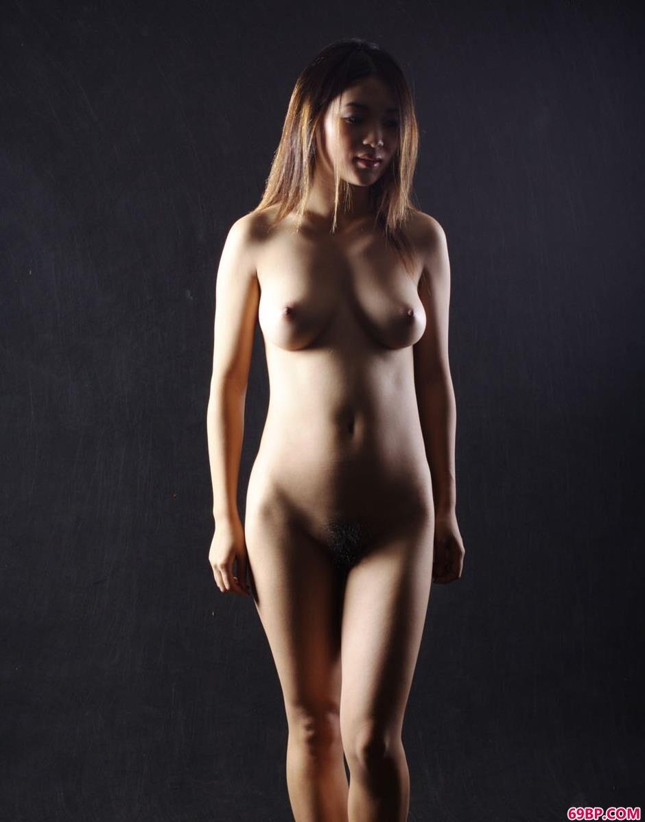 裸模飘飘棚拍丰腴人体1