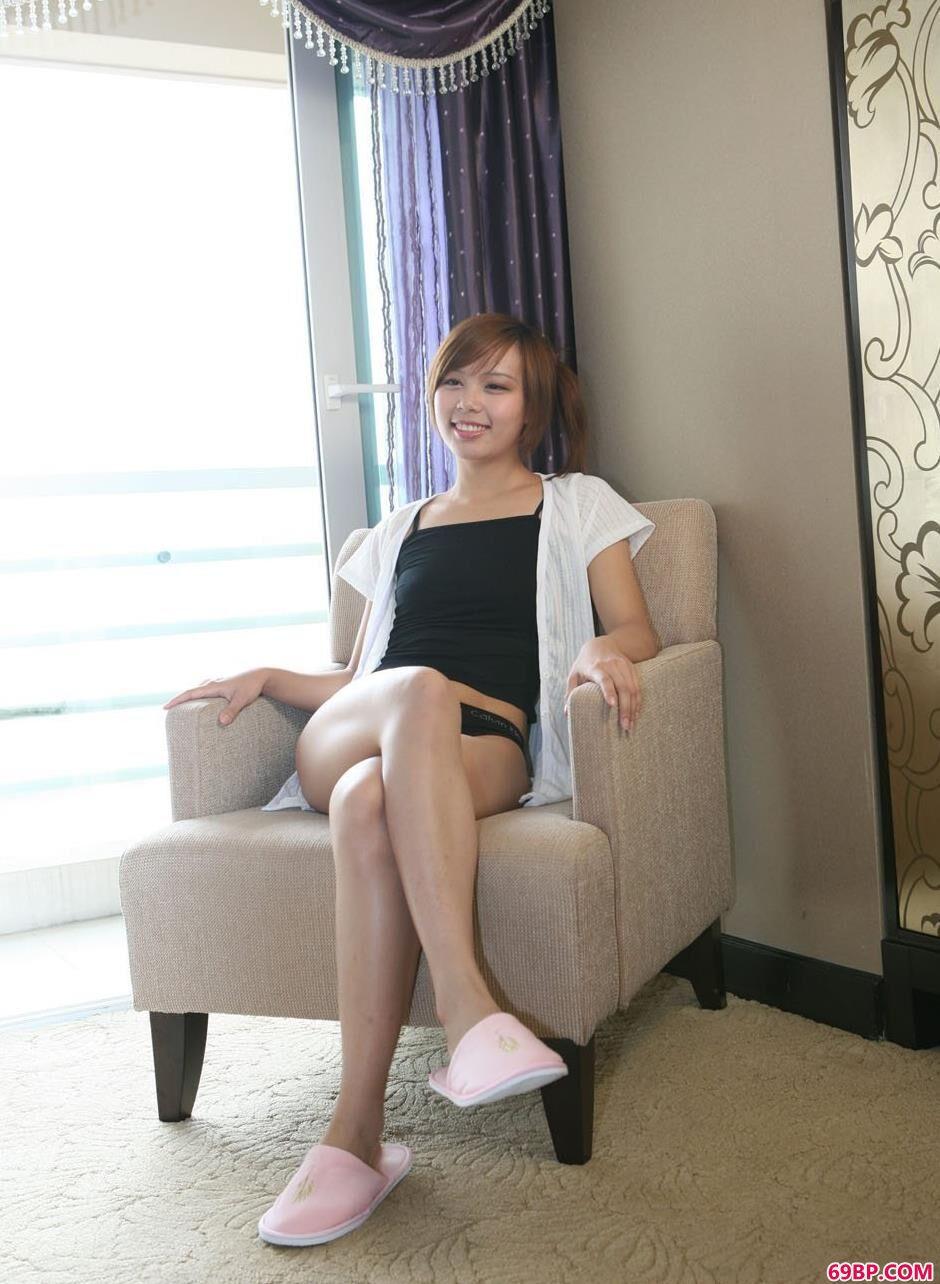 美人清羽家中沙发椅上的清纯人体1