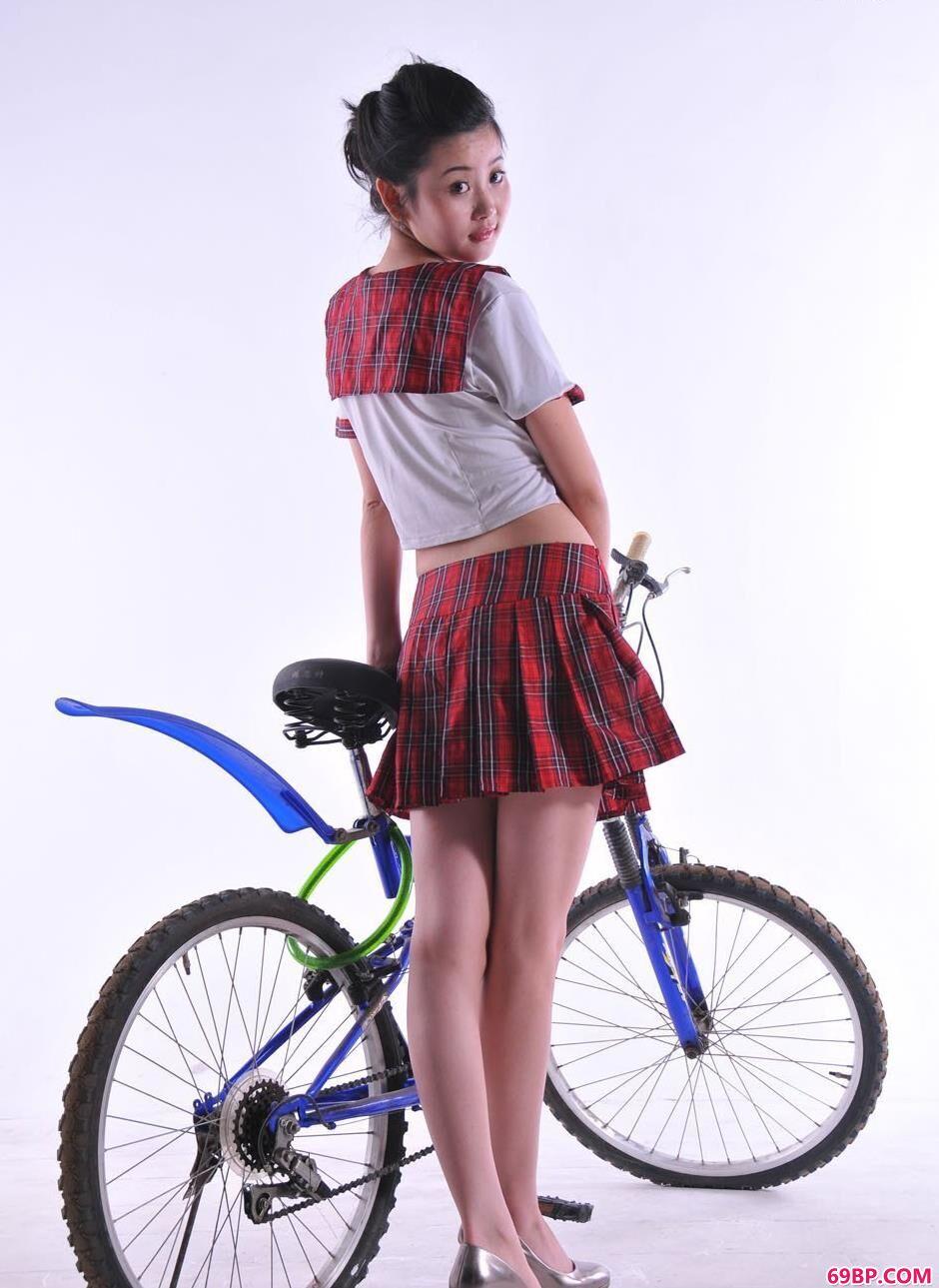 超模丫头棚拍自行车人体