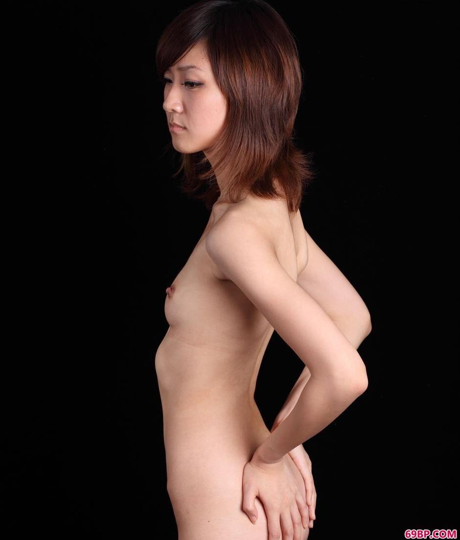嫩模sunny黑色图片棚里的大尺度人体