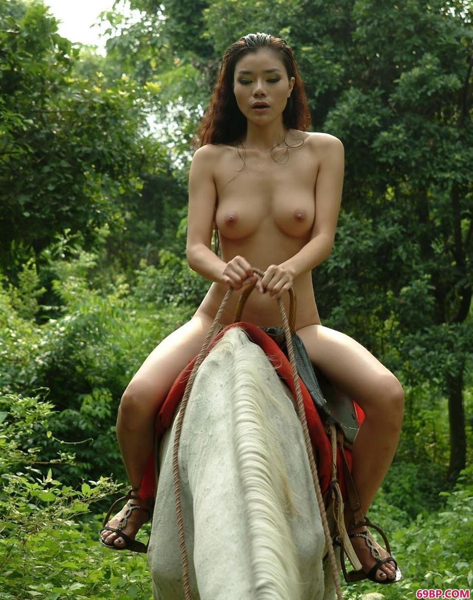 午夜自慰艺术_靓女莉娜骑在高头大马上拍人体2