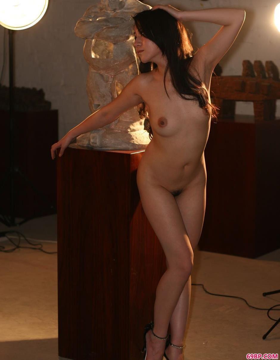 嫩模杨芳奇特泥偶工作室内的人体
