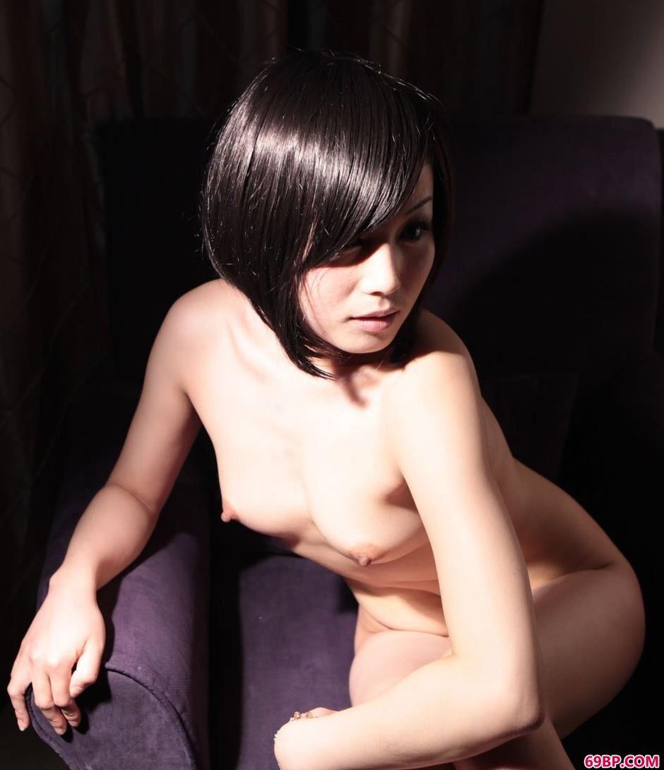 美人依依宾馆里灯光下沙发上的人体