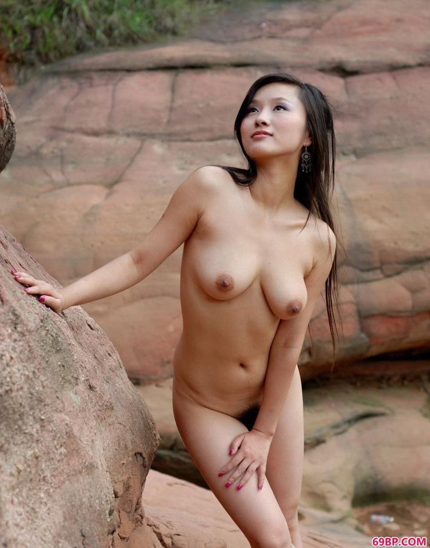 短发美女照片_美人心怡岩洞下的清纯人体