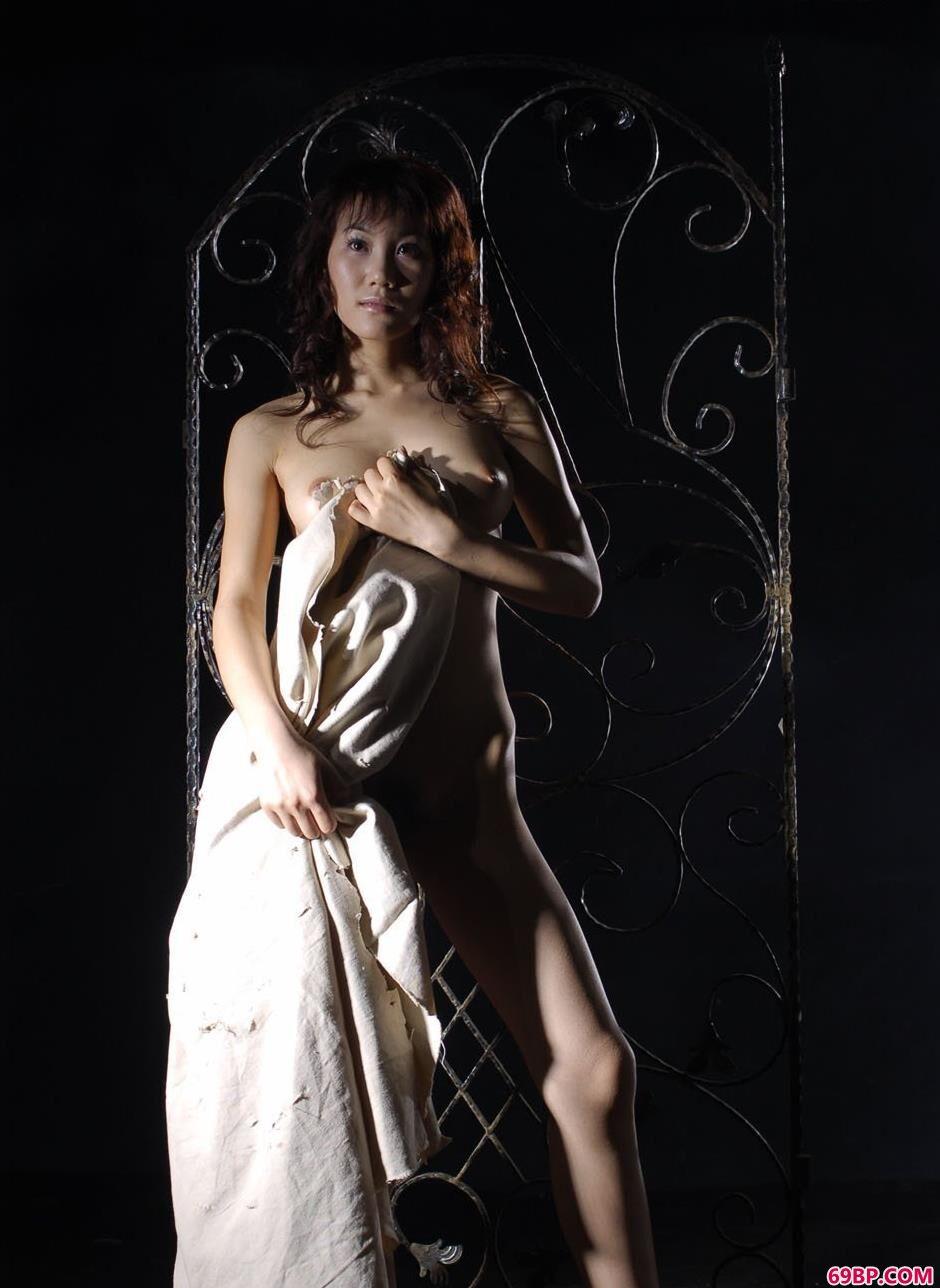 美模梦洛写真棚里铁架前的抚媚人体_美白奶大裸艺术