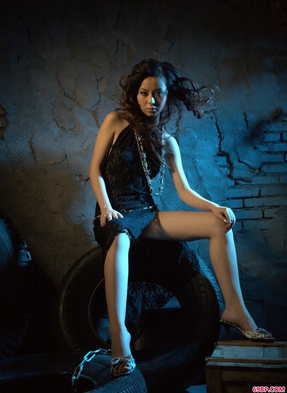 妹子娜娜地下室里的轮胎人体