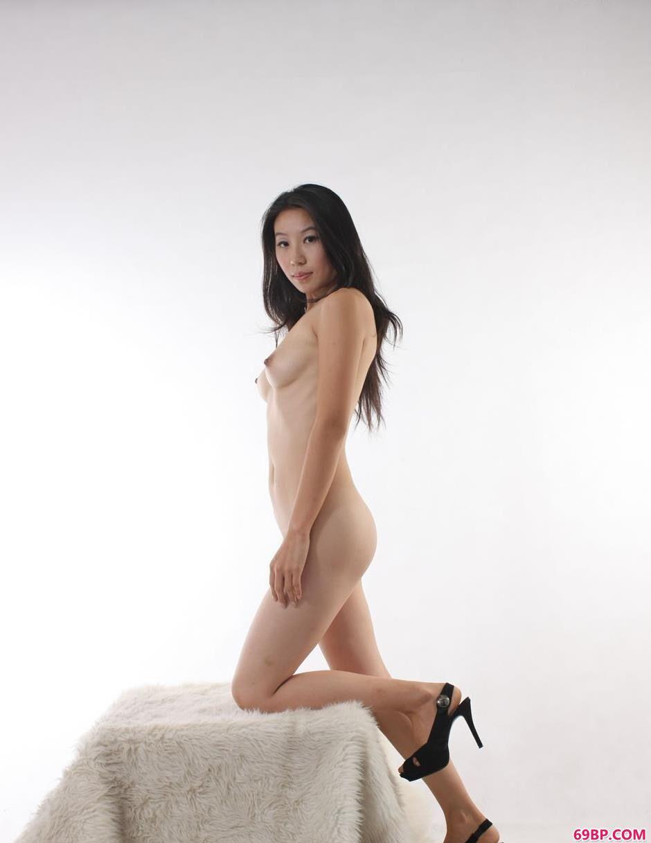 金灵白色背景棚拍毛毯上的人体1