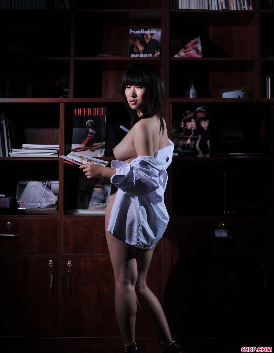 美人蓝雅琦书柜下的朦胧美体