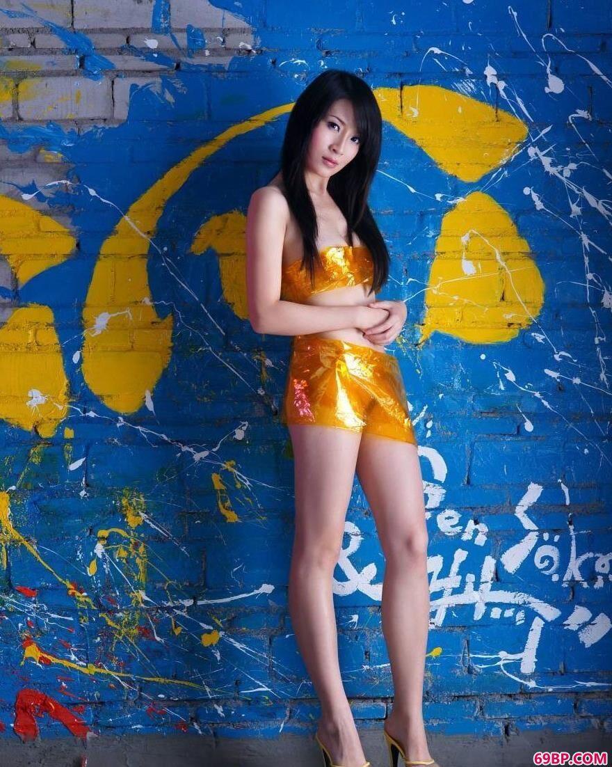 涂鸦墙前苗条的嫩模美琪儿3