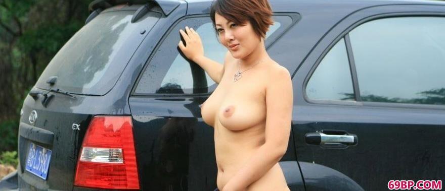 丰腴女裸模傲蕾外拍人体