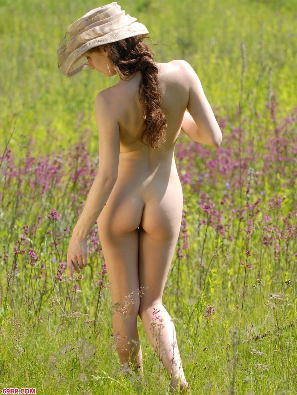 薰衣草园里的名模Alena白皙美体