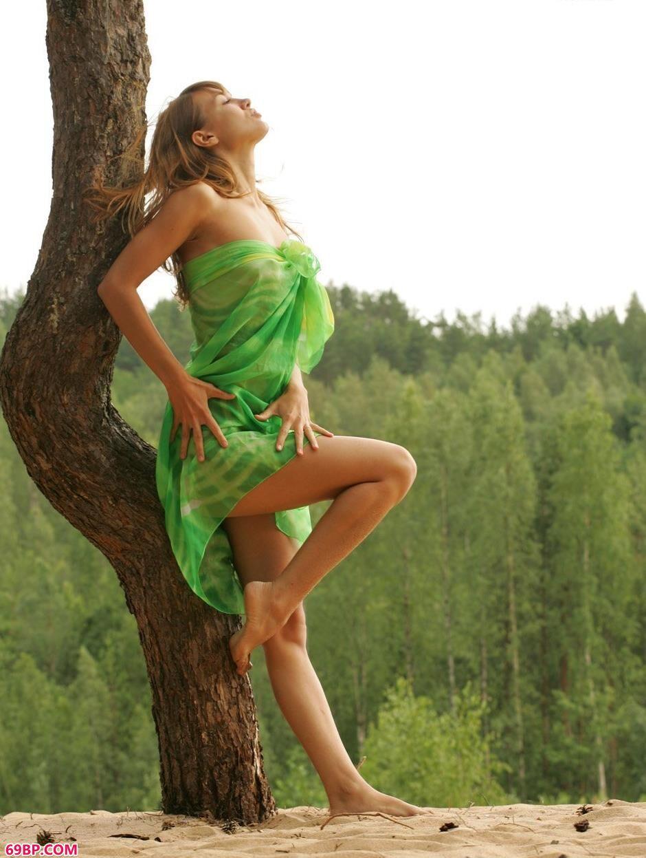超模安哥拉Angela树林里的清纯人体1
