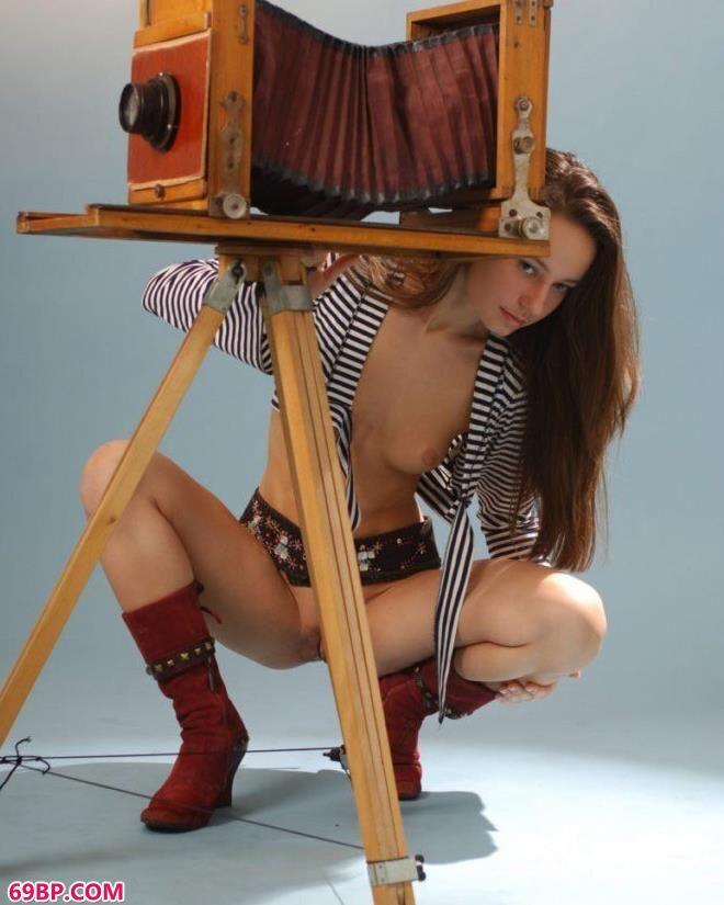 超模雪莉写真棚里的大尺度人体