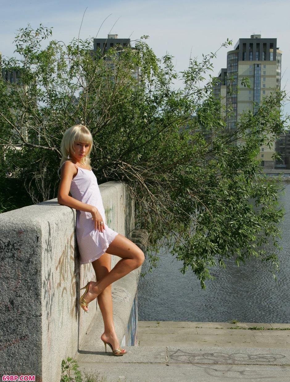 美女下面的人体艺术,裸模Daria河边诱惑身材