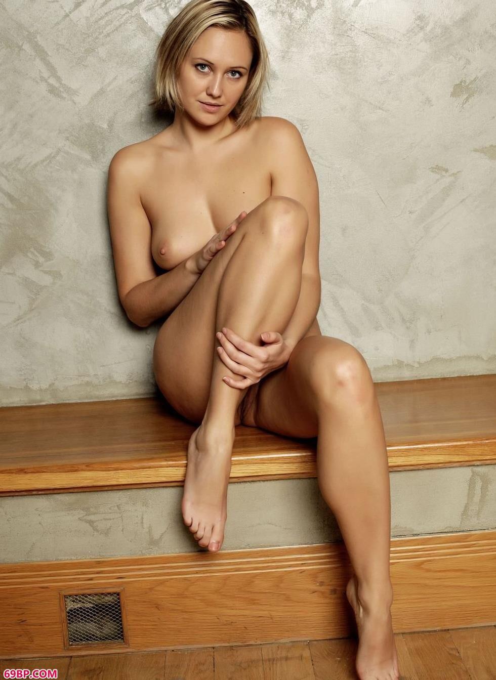 裸模Linda地暖上的风情人体