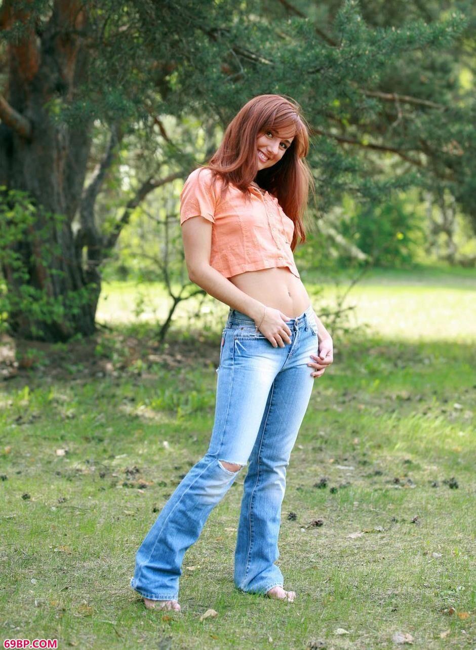 美模Molly户外草丛上的大尺度人体