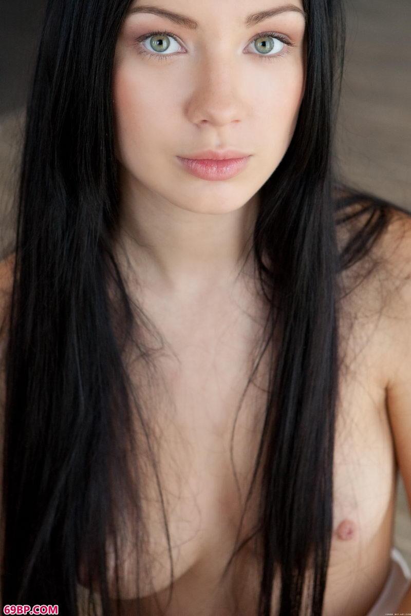 黑发披肩靓女超模大尺度展示