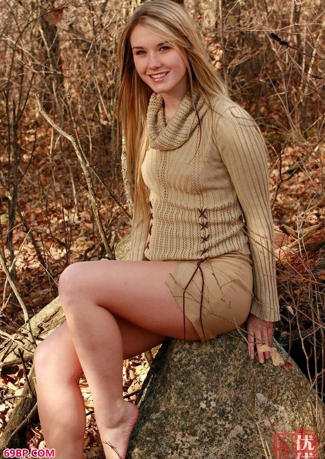 深秋树林里的美人外拍人体艺术_捏住奶头不停揉搓