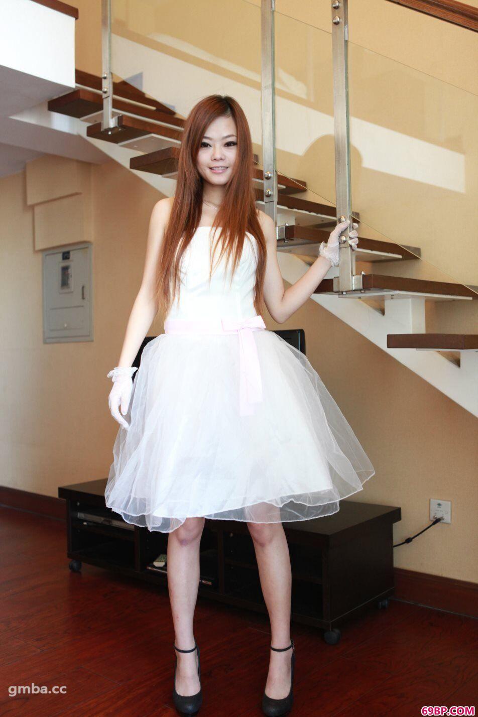 国模小雅私拍靓妹新娘人体写真